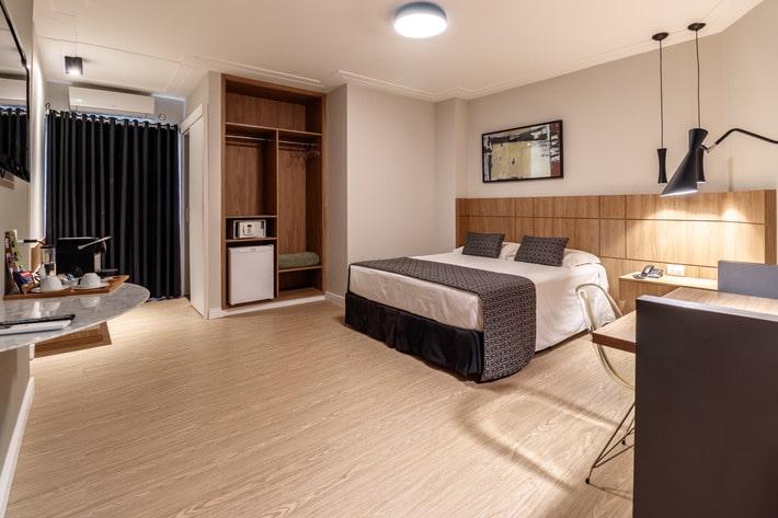imagem de um dos quartos do maraturismo hotel